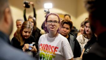 Die schwedische Aktivistin Elin Ersson muss nach einer von ihr verhinderten Abschiebung eines Afghanen nicht ins Gefängnis, dafür aber eine Geldstrafe bezahlen. Ersson hatte im Juli 2018 in Göteborg eine Mmaschine von Turkish Airlines aufgehalten und die Aktion per Live-Video auf Facebook geteilt.