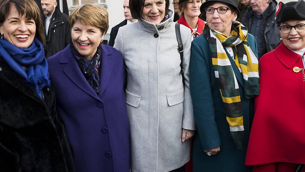 Die frisch gewählte Bundesrätin Viola Amherd wird bei ihrem Empfang im Wallis umringt von ihrer Vorgängerin Doris Leuthard sowie von der Walliser Regierungspräsidentin Esther Waeber-Kalbermatten und der Präsidentin des Walliser Kantonsparlamentes Anne-Marie Sauthier-Luyet.