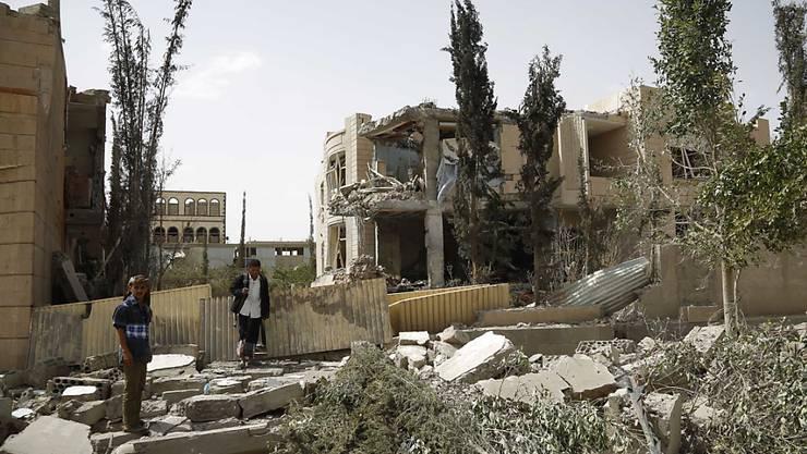 Zerstörtes Haus in der jemenitischen Hauptstadt Sanaa nach einem Angriff der saudischen Militärallianz: Laut Amnesty International sind bei saudischen Lufschlägen auch Schulen gezielt angegriffen worden. (Archivbild)