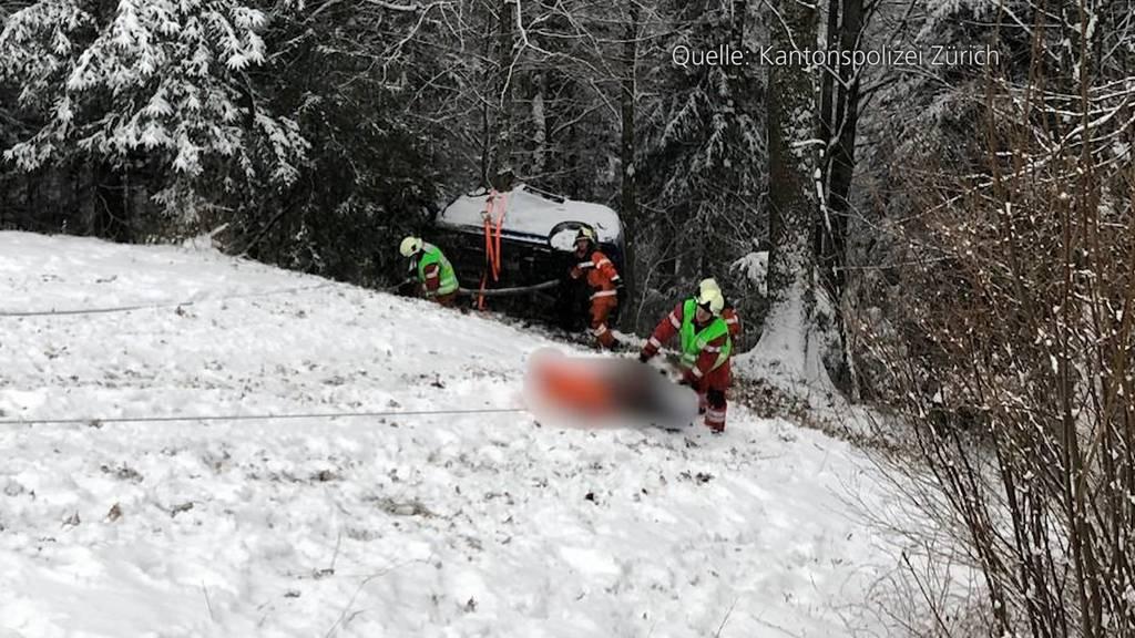 Auto überschlägt sich in Steg (ZH): Lenkerin und drei Kinder verletzt