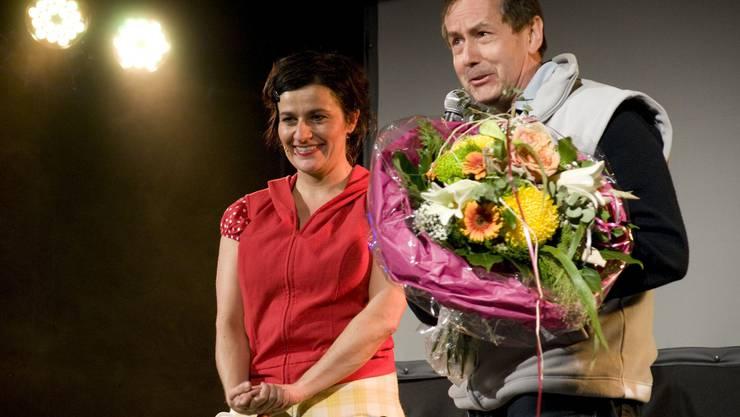 Anlässlich des ComedyHerbsts bedankt sich Philipp Locher mit Blumen bei Kabarettistin Anet Corti.