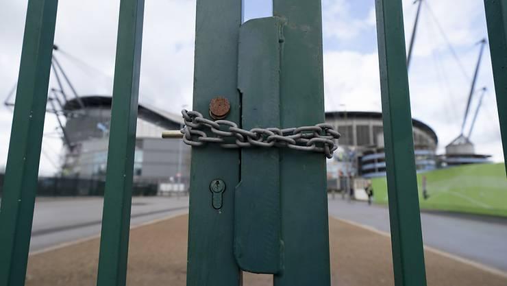 In den englischen Stadien - hier jenes von Manchester City - könnte recht bald wieder gespielt werden. Aber für die Fans werden sie geschlossen bleiben