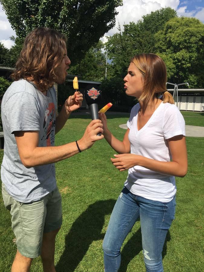 Maximilian gewinnt das Wett-Glacé-Essen gegen Jessica vom Marketing. (© Radio 24)