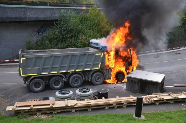 Ein Lastwagen ist auf der Hauptstrasse in Eptingen in Brand geraten und wurde dabei komplett zerstört. Die Polizei geht von einer technischen Ursache aus.