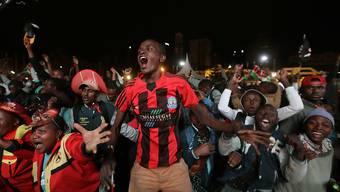 Unterstützer Uhuru Kenyattas jubeln in Nairobi bei der Verkündung des Wahlresultats. Kenias Staatschef hat die hart umkämpfte Präsidentschaftswahl gewonnen.