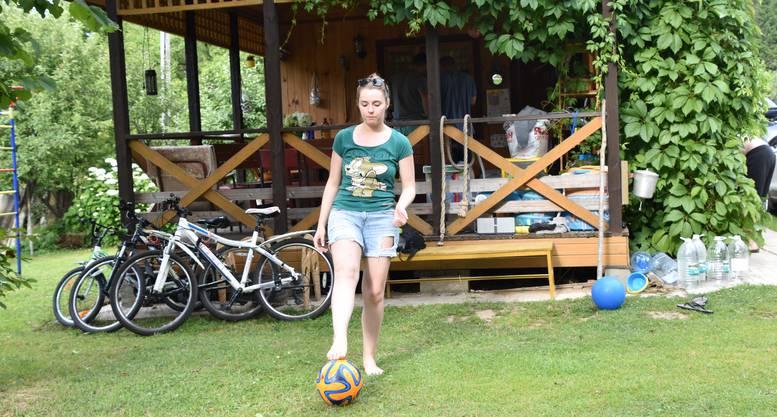Tanja mag eigentlich lieber Eishockey, kickt aber gegen den Ball.