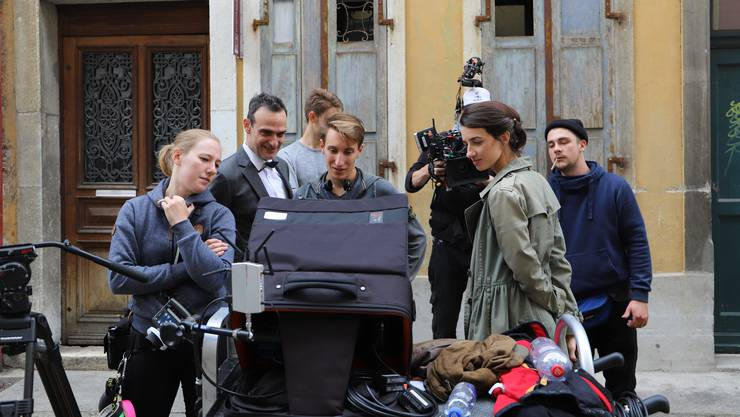 Regisseur Frederik Maarsen (Mitte) und seine Crew bei den Dreharbeiten mit Bond-Darsteller Anatole Taubman in den Gassen von Solothurn.