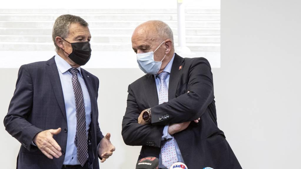 Der Zürcher Finanzdirektor Ernst Stocker (l., SVP) und Bundesrat Ueli Maurer (SVP) informierten am Dienstag an einer Medienkonferenz in Zürich über den Stand des Covid-Härtefallprogramms.