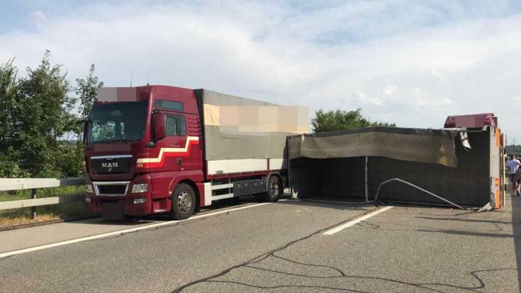 Wegen eines umgekippten Lastwagenanhängers bei Luterbach im Kanton Solothurn mussten Autofahrer Richtung Zürich rund 30 Minuten Wartezeit in Kauf nehmen.