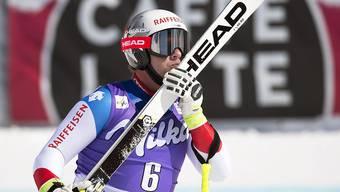 Beat Feuz küsst seinen Ski nach dem unerwarteten Triumph im Super-G.