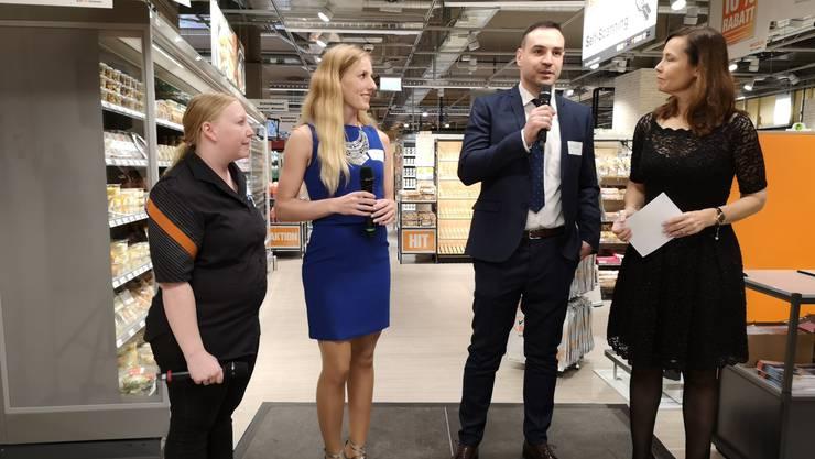 Supermarkt-Leiter Fatih Kizilkaya sowie die Chefinnen des Migros Daily, Edith Hurschler (l.) und des Only Fitness, Tamara Martin, beim Interview mit Andrea Bauer (Kommunikation Migros Aare) anlässlich der offiziellen Eröffnung vom Mittwoch.