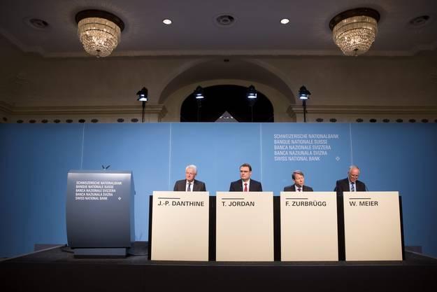 Vor den Medien: Vizepräsident Jean-Pierre Danthine, Präsident Thomas Jordan sowie die Direktionsvorstand Fritz Zurbrügg und Medienchef Walter Meier.