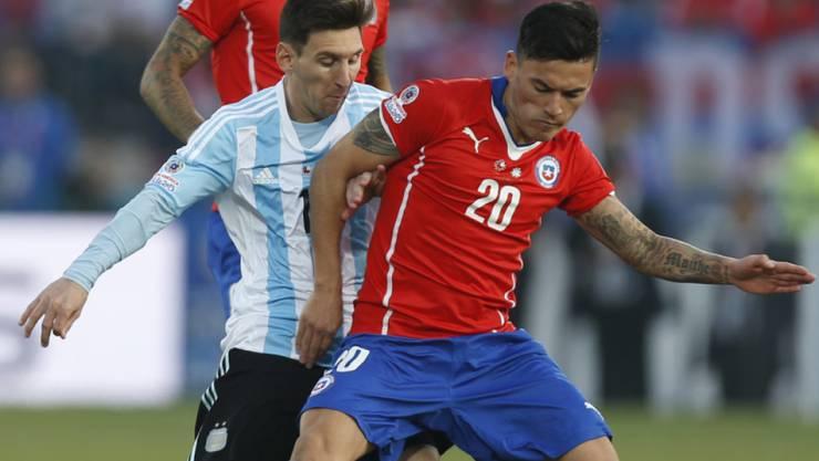 Chiles Charles Aranguiz im Zweikampf mit Argentiniens Lionel Messi während des Finalspiels der Copa America Anfang Juli