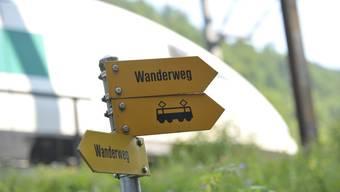 Wanderweg und Beschilderung in Grellingen beim Chessiloch.