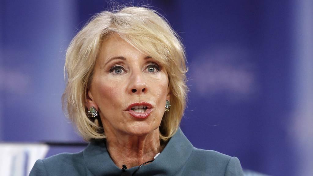 Betsy DeVos, Bildungsministerin der USA, tritt zurück.