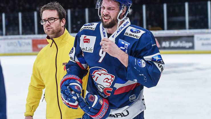 Robert Nilsson wird in seinem letzten Spiel für die ZSC Lions am 19. Januar 2018 gegen Biel mit einer Hirnerschütterung vom Eis geführt