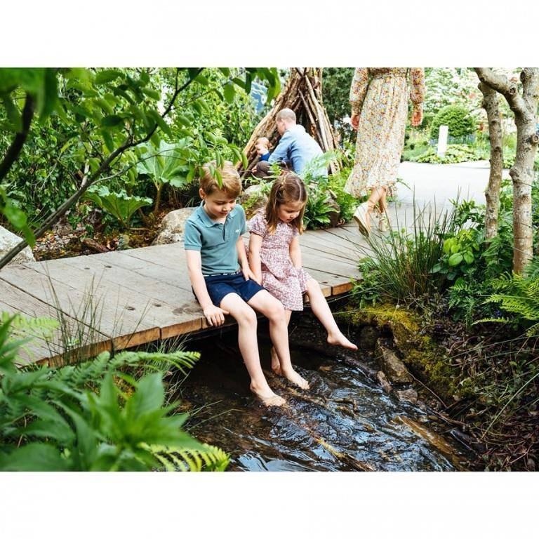 Hier hält Charlotte (4) gemeinsam mit Bruder George (5) die Füsse ins Wasser. (© Instagram/kensingtonroyal)