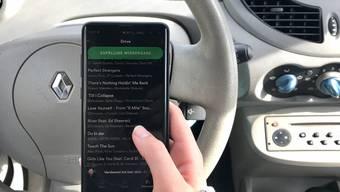 Es ist unstrittig: Der Fahrer des Unfallwagens hatte auf dem Handy Musiktitel gewechselt und ist deshalb von der Normalspur abgekommen und auf den Pannenstreifen gefahren.