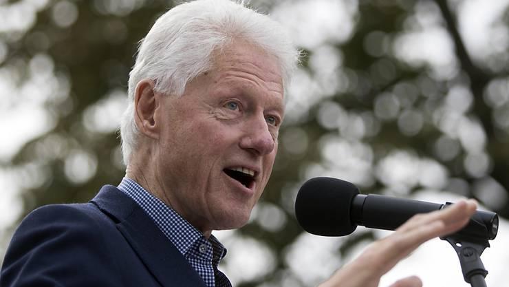Ex-Präsident Bill Clinton macht seiner Ehefrau im Wahlkampf Probleme. Gehackte Emails dokumentieren seine profitorientierten Aktivitäten parallel zu seinem Engagement in der gemeinnützigen Clinton-Stiftung.