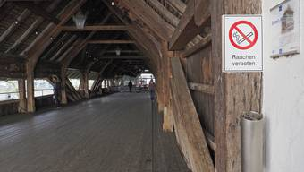 Aschenbecher und Verbotstafel sind angebracht.
