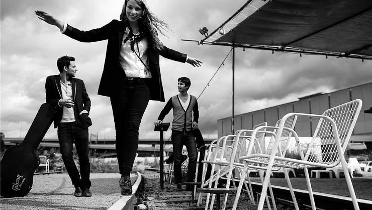 Anna Rossinelli posiert mit ihren Musikern Manuel Meisel und Georg Dillier vor der Bar Sonnensegel auf dem Bsler NT-Areal.