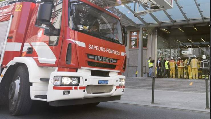Die Feuerwehr evakuierte das vierstöckige Gebäude im Zentrum Genfs. Sie brachte 40 Anwohner in Sicherheit. Einige von ihnen wurden mit Verdacht auf Rauchvergiftungen ins Spital gebracht. (Symbolbild)