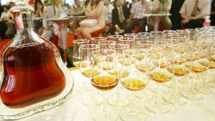 Französischer Cognac wird in China angepriesen: China war 2016 der drittwichtigste Exportmarkt für französischen Wein und französische Spirituosen. Die Branche erzielte weltweit einen Rekordabsatz. (Archiv)