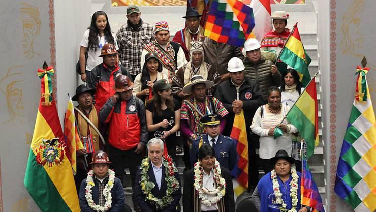 Lamafötus verbrannt. Boliviens Präsident Evo Morales (erste Reihe, zweiter von rechts) bei der Einweihung des neuen Präsidentenpalasts in La Paz.