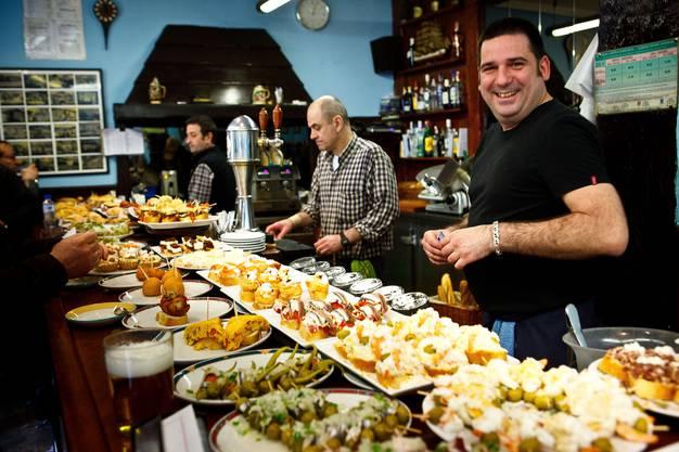Pintxos: Wie Tapas, nur besser, sagen die Basken. Bild: Alamy