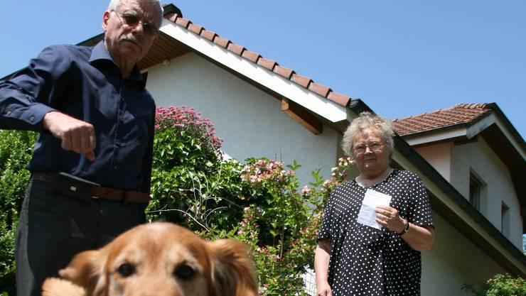 Eduard und Marjatta Maurer mit Busse und Hund Timo.