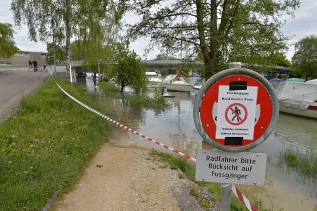 Uferweg entlang der Aare steht teilweise unter Wasser und ist gesperrt