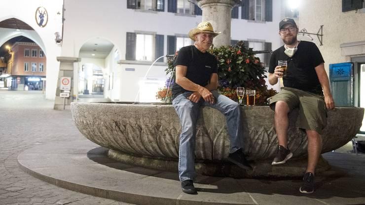 Freuen sich, nach dem Lockdown wieder gemeinsam in ihr Stammlokal gehen zu können Viktor und Benedikt Pabst beim Brunnen vor     dem «Mr. Pickwick Pub» in Baden.