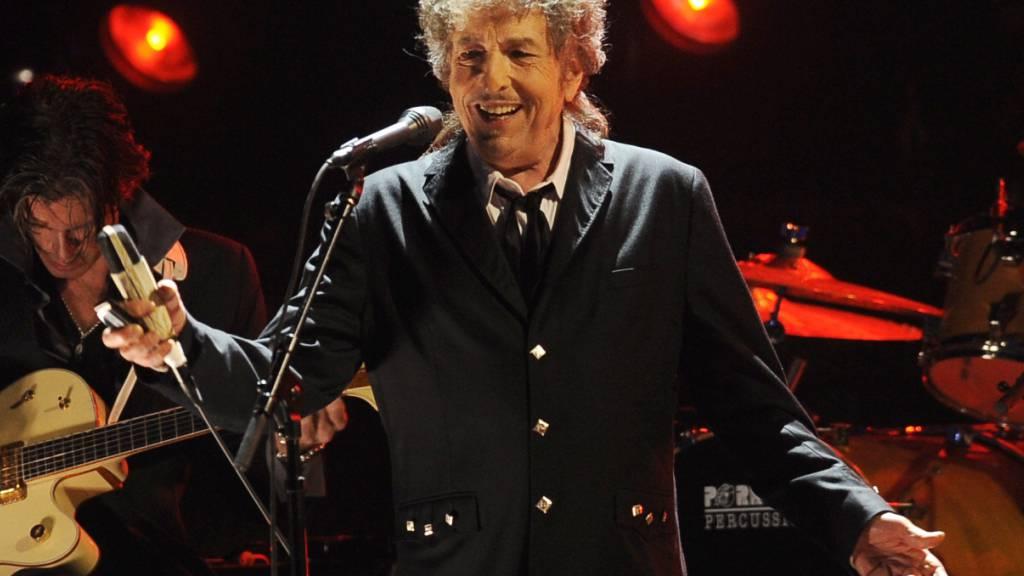 ARCHIV - Bob Dylan, US-amerikanischer Musiker, während eines Auftritts. Der Folk-Rock-Pionier hat die Verlagsrechte an allen seinen Songs an den Musikkonzern Universal Music verkauft. Foto: Chris Pizzello/AP/dpa