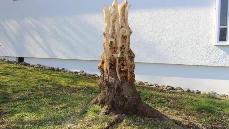 Die Holzskulptur vor der Kirche ist aus einem Baumstumpf entstanden.