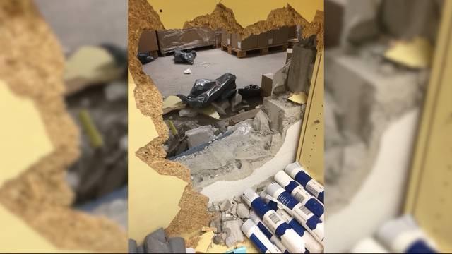 Einbrecher schlagen Loch in Kiosk-Wand