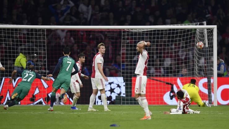 Der Moment, als der Ajax-Traum platzt. Lucas hat soeben das entscheidende Tor für Tottenham geschossen.
