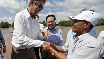 US-Aussenminister John Kerry beim Handschlag mit dem Vietnamesen Vo Van Tam: Die beiden standen sich einst im Krieg gegenüber.