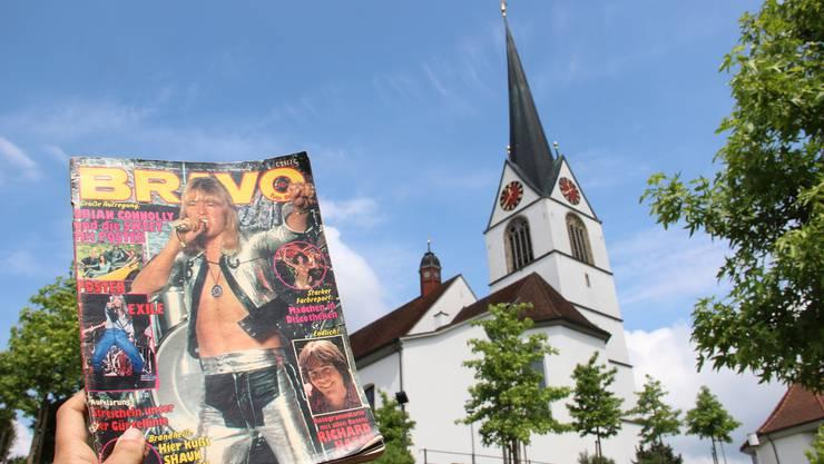 Eine Bravo-Ausgabe von 1979 vor der Kirche Mariä Geburt in Sins. Der damalige Pfarrer fand das Magazin keine sinnvolle Lektüre für Jugendliche.