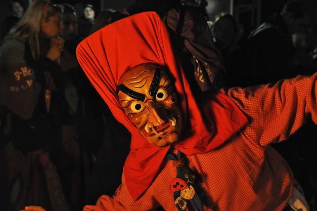 Die Altenburg Hexe will die Zuschauer erschrecken