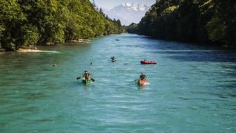 Ein erfrischendes Vergnügen: Gummiboot-Fahren auf der ruhig fliessenden Aare zwischen Thun und Bern – mit der Blüemlisalpgruppe im Rücken.