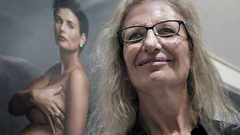 Annie Leibovitz vor einer ihrer Fotografien (Archiv)