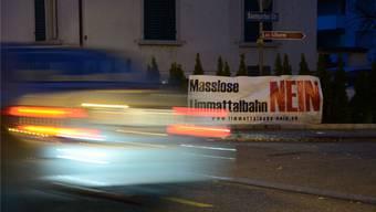 Ein Plakat der Limmattalbahn-Gegner an der Badenerstrasse in Dietikon. Hier mussten die Liegenschaftseigentümer zwingend ein Bewilligungsgesuch stellen. fni