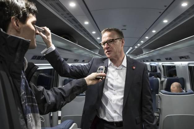 Andreas Meyer, CEO SBB, gibt ein Interview im Eroeffnungszug von Zuerich nach Lugano durch den Gotthard-Basistunnel am Sonntag, 11. Dezember 2016. Der heutige 11. Dezember ist ein besonderer Tag fuer die Schweiz: Nach 17 Jahren Bauzeit wird der Gotthard-Basistunnel, mit 57 Kilometern der laengste Tunnel der Welt, feierlich in den regulaeren Fahrplan aufgenommen. (KEYSTONE/Alexandra Wey) Andreas Meyer, CEO SBB, speaks as the first passenger train crosses the Gotthard rail tunnel, the longest tunnel in the world, between Erstfeld and Pollegio, Switzerland, Sunday, December 11, 2016. The construction of the 57 kilometer long tunnel began in 1999, the breakthrough was in 2010. After the official opening on June 1, the commercial operation starts on 11 December 2016. (KEYSTONE/Alexandra Wey)