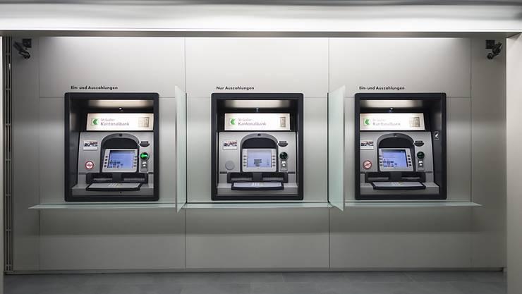 Bancomaten der St. Galler Kantonalbank: Sie ist eine der wenigen, die im vergangenen Jahr weniger Gewinn gemacht hat.