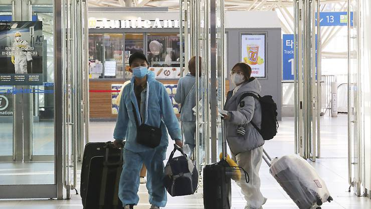 In Asien können sich vielerorts immer mehr Menschen trotz der Coronavirus-Ausbreitung wieder frei bewegen.