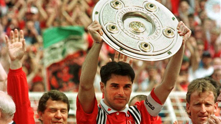 Ciriaco Sforza stemmt 1998 «die Schale» als Captain von Kaiserlautern in die Höhe.