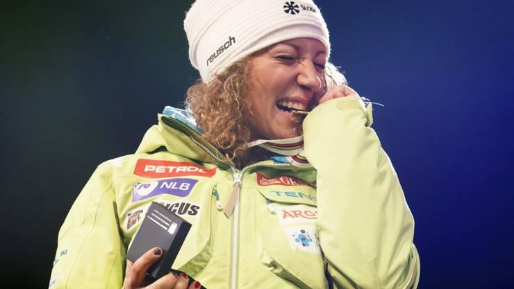 Ilka Stuhec auf dem Podium der St. Moritzer WM-Abfahrt