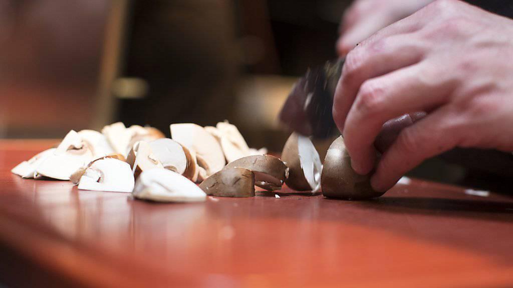 Wenn selbstgesammelte Pilze unkontrolliert auf dem Teller landen, hat es auch mal ungeniessbare bis giftige dabei. (Symbolbild)