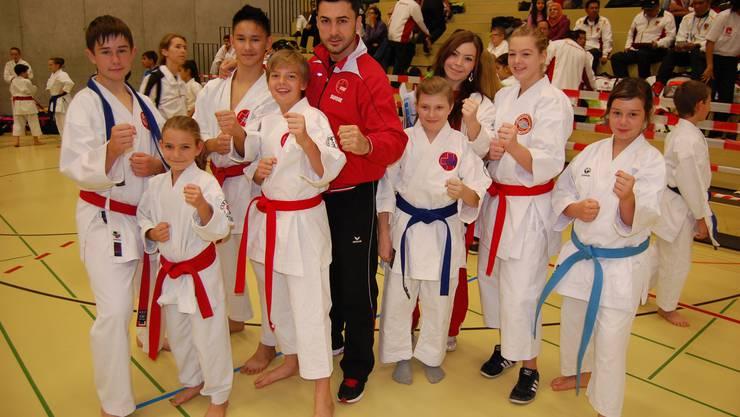 Cheftrainer KC Laufenburg Murat Sahin mit seinen Nachwuchstalenten.