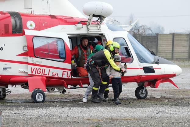 In der Gegend um Parma müssen viele Menschen mit Helikoptern in Sicherheit gebracht werden.